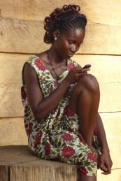 Jonge vrouw in dorp in zuiden
